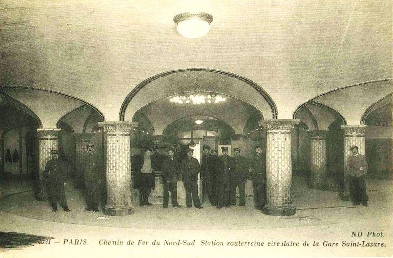 """La salle de changement de la station """"Saint-Lazare"""" du Métropilitain..."""