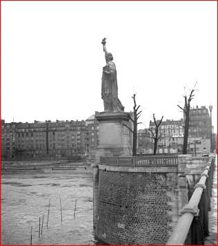 statuepontdegrenelleavant1966.jpg