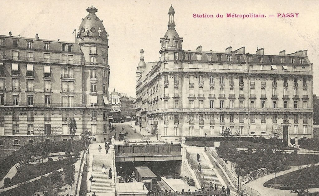 1317632586_metro_paris_passy_station_
